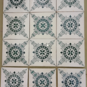 antieke tegels, antieke wandtegels, witjes, groen met witte tegels, antieke deuren