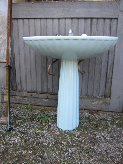 lichtblauwe wastafel op zuil