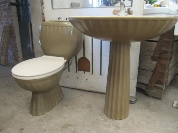 retro toilet en wastafel olijfgroen