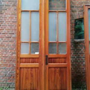 hoge dubbele paneeldeuren met glas