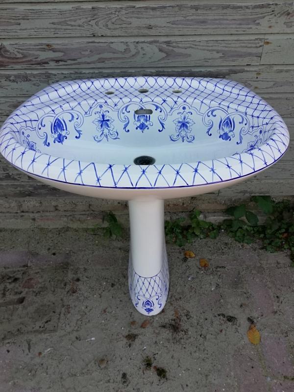wastafel met blauwe decoratie
