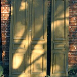 hoge oude kastdeuren, kastenwand