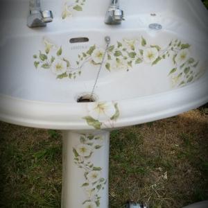 antieke wastafel op zuil met haagwinde