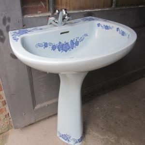 toilet en wastafel op zuil met blauwe bloemen